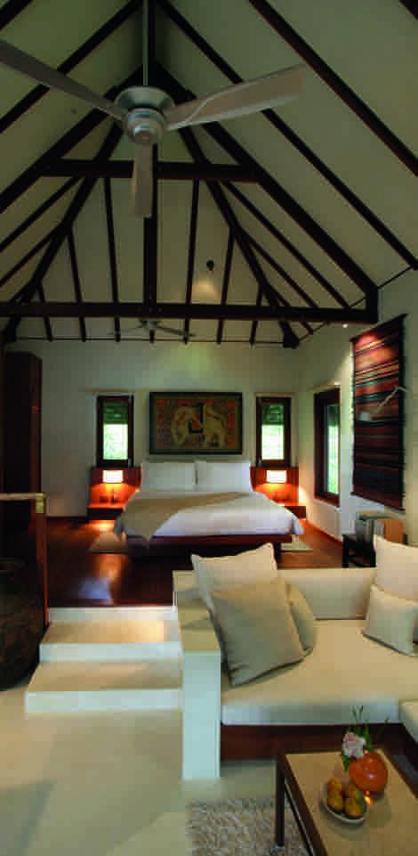 Ruhe auch in der Einrichtung: Die Suiten und geräumigen Villen im Kamalaya auf Koh Samui überzeugen durch ihre zurückhaltende Möblierung aus natürlichen Materialien.
