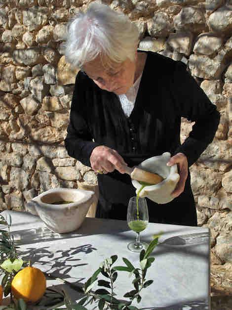 Valeria, 86 Jahre Kräuterfrau und älteste Mitarbeiterin von OLIVEDA