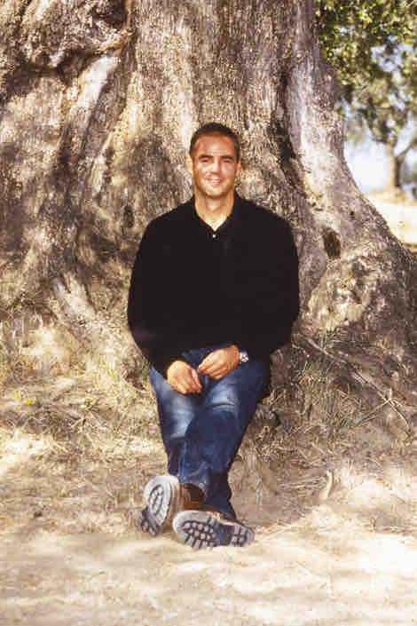 Thomas Lommel Gründer von OLIVEDA vor einem 3000 Jahre alten Olivenbaum